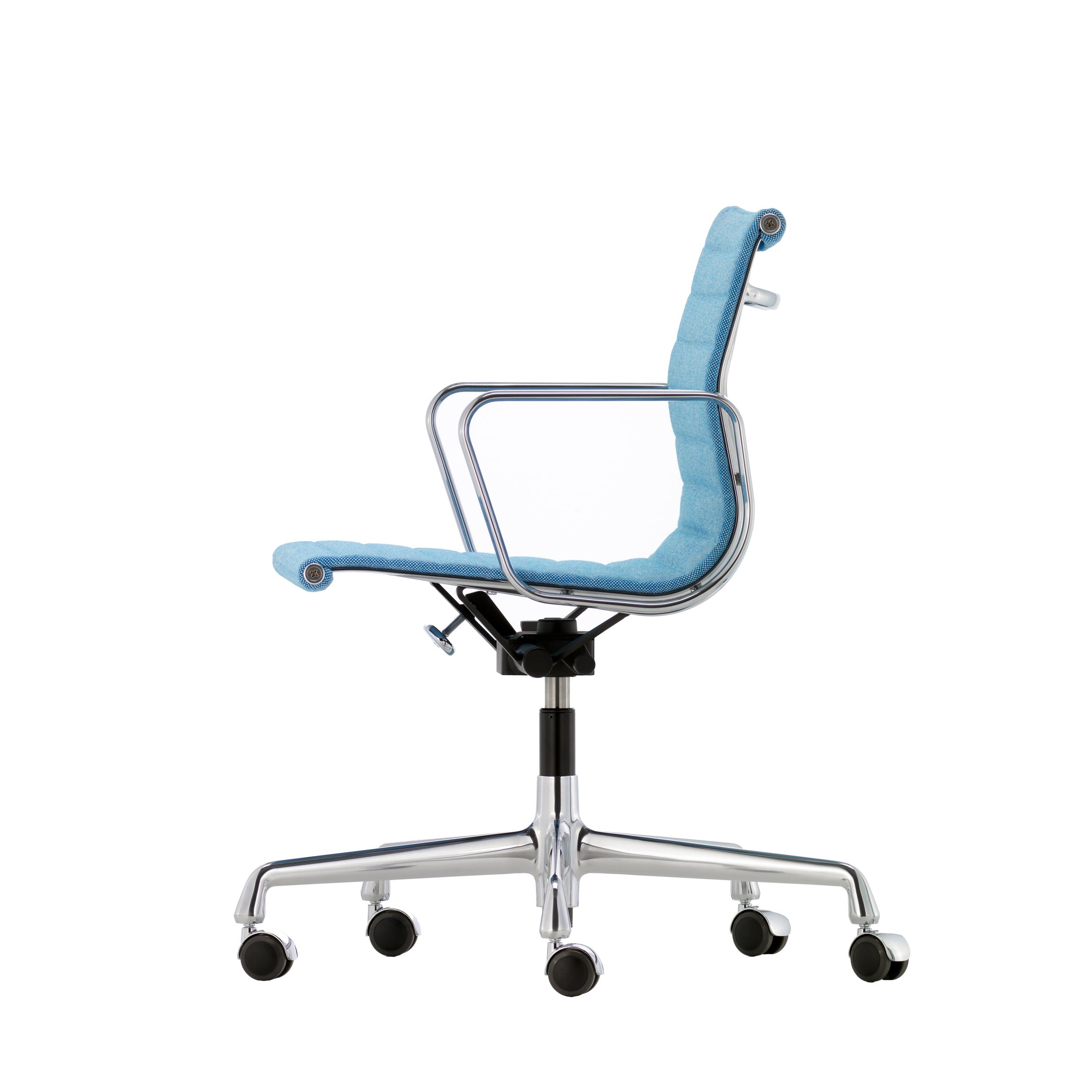 Vitra Eames Aluminium Chair Ea 117 Burostuhl Mittelhoher Rucken Designikonen Designmobel Shop